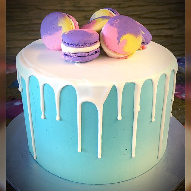 smooth blue with drip and macaroons